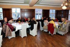 Zahlreiche zu Ehrende und Gäste freuen sich auf die Feier