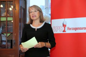 Die OV-Vorsitzende Renate Schroff begrüßt die Gäste