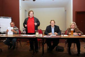 Fritz Müller begrüßt die Delegierten