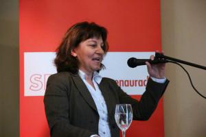 MdB Martina Stamm-Fibich justiert das Micro für ihre Rede
