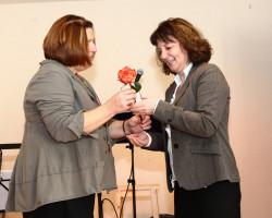 Rita Dankers, die die Veranstaltung organisiert hat, bedankt sich bei Martina Stamm-Fibich mit einer Rose und Fairtrade Schokolade
