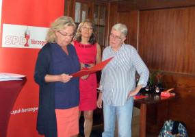 Andrea Hoch wird für 50 Jahre Mitgliedschaft geehrt
