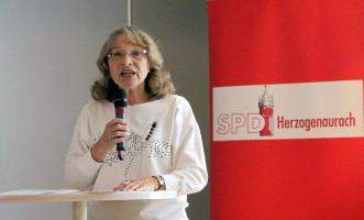 OV-Vorsitzende, Renate Schroff, begrüßt Mitglieder und Gäste und leitet die Wahl