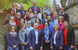 Offizielles Gruppenfoto der Kandidaten/innen, aufgenommen von Harry Körber auf der Ratskellertreppe