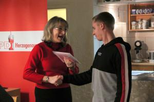 Die Vorsitzende übergibt das Parteibuch dem neu eingetretenen Jungmitglied Lukas Hußenether