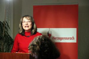 OV-Vorsitzende Renate Schroff begrüßt die zahlreichen Besucher