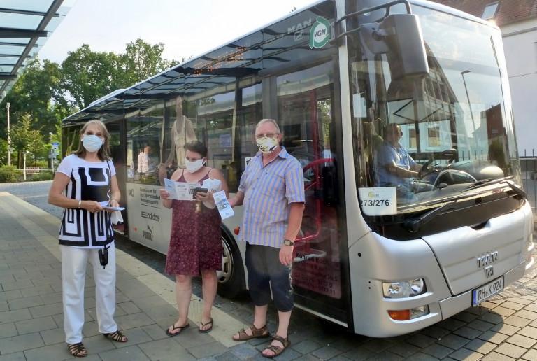 Renate Schroff und Erich Petratschek freuen sich über preiswerteres Busfahren
